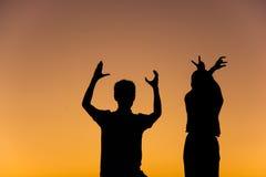 Silhueta de pares loving com mãos em L, O, V, forma de E Imagens de Stock