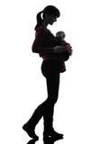 Silhueta de passeio do bebê da mãe da mulher Imagens de Stock Royalty Free