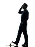 Silhueta de passeio do homem descuidado Imagem de Stock