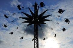 Silhueta de passeio elevado do balanço do carnaval Fotos de Stock