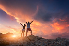 Silhueta de povos felizes na montanha Fotos de Stock Royalty Free