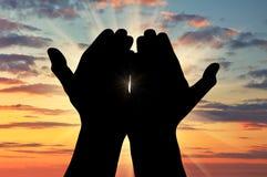 Silhueta de rezar as mãos fotos de stock