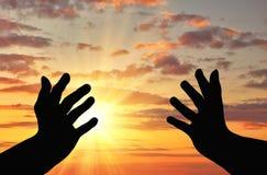 Silhueta de rezar as mãos imagem de stock royalty free