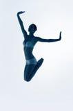Silhueta de saltar a bailarina azul foto de stock royalty free