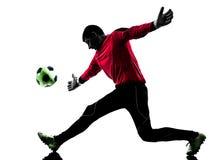 Silhueta de travamento da bola do homem caucasiano do goleiros do jogador de futebol Fotografia de Stock