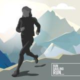 Silhueta de um atleta running da menina no fundo das montanhas Fotos de Stock