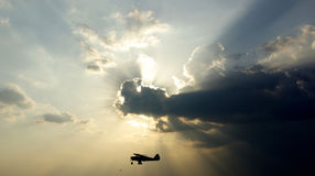 Silhueta de um avião pequeno imagens de stock royalty free