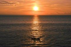 Silhueta de um barco velho no Oceano Índico pelo por do sol impressionante foto de stock royalty free