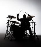 Silhueta de um baterista fotos de stock