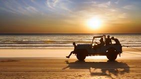 Silhueta de um carro durante o por do sol. Fotos de Stock Royalty Free