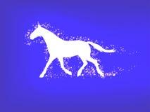 Silhueta de um cavalo running em um fundo azul Fotografia de Stock Royalty Free