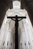 Silhueta de um crucifixo na igreja Imagens de Stock Royalty Free