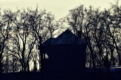 silhueta de um direito velho da casa na parte superior do monte Imagens de Stock