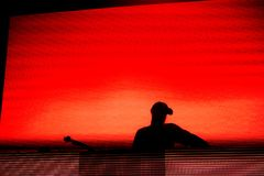 Silhueta de um disco-jóquei, DJ Fotografia de Stock