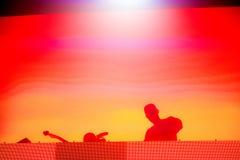 Silhueta de um disco-jóquei, DJ Imagem de Stock Royalty Free