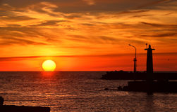Silhueta de um farol no por do sol Foto de Stock Royalty Free