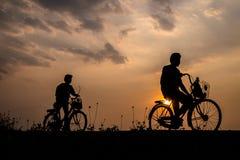 Silhueta de um homem na bicicleta Fotografia de Stock Royalty Free