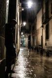 Silhueta de um homem que está na rua no quarto gótico em Barcelona na noite, na depressão e na solidão chuvosas Fotos de Stock Royalty Free