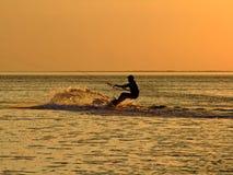Silhueta de um kitesurf foto de stock royalty free