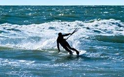 Silhueta de um kitesurfer fotografia de stock