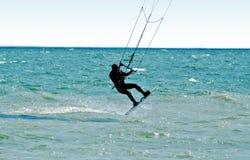 Silhueta de um kitesurfer fotos de stock royalty free