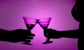 Silhueta de um par do amor que propõe um brinde Fotografia de Stock Royalty Free