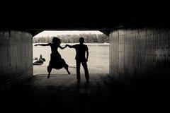 Silhueta de um par em um túnel Fotografia de Stock Royalty Free