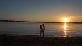 Silhueta de um par no amor em um fundo tropical do por do sol video estoque