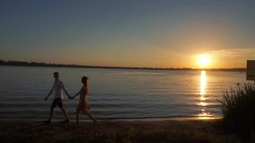 Silhueta de um par no amor em um fundo tropical do por do sol filme