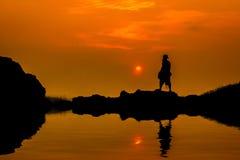 A silhueta de um pescador Fotografia de Stock Royalty Free