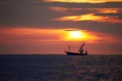Silhueta de um pescador no barco do longtail imagens de stock royalty free
