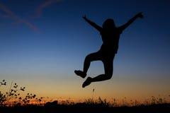 Silhueta de um salto da mulher Fotografia de Stock Royalty Free