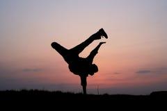 Silhueta de um salto do homem Foto de Stock Royalty Free