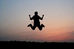Silhueta de um salto do homem Imagem de Stock