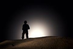 Silhueta de um soldado em um fundo escuro Fotos de Stock Royalty Free