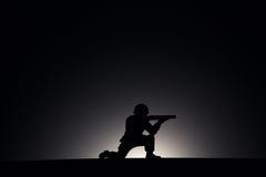Silhueta de um soldado em um fundo escuro Foto de Stock