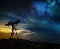 Silhueta de um telescópio no alvorecer] Imagem de Stock Royalty Free