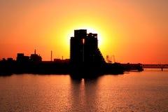 Silhueta de uma construção e uma ponte na cidade no por do sol, Ucrânia de Dnepr Foto de Stock Royalty Free
