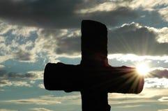 Silhueta de uma cruz de encontro Fotos de Stock