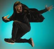 A silhueta de uma dança masculina do dançarino da ruptura do hip-hop no fundo colorido fotos de stock