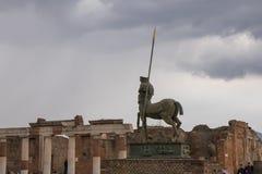 A silhueta de uma estátua de um centauro, nas ruínas da cidade romana antiga de Pompeii imagens de stock royalty free