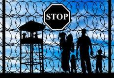 Silhueta de uma família com as crianças dos refugiados Fotografia de Stock