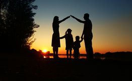 Silhueta de uma família feliz Foto de Stock Royalty Free