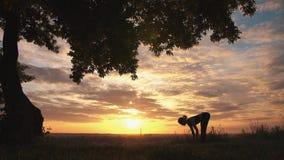 Silhueta de uma ioga praticando da mulher no nascer do sol bonito video estoque