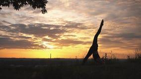 Silhueta de uma ioga praticando da mulher no nascer do sol bonito filme