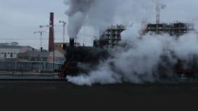Silhueta de uma locomotiva de vapor nas nuvens de fumo vídeos de arquivo
