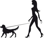 Silhueta de uma menina e de um cão Foto de Stock Royalty Free