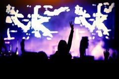 silhueta de uma menina em um concerto, o prazer da mostra fotografia de stock