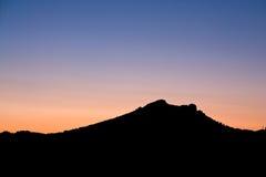 Silhueta de uma montanha Imagens de Stock