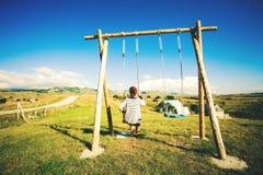 Silhueta de uma mulher feliz nova em um balanço, balançando sobre as montanhas de Andes, casa na árvore, Montenegro, parque nacio fotografia de stock royalty free